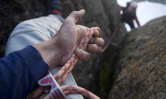 Jaki strój i akcesoria przygotować do wspinaczki skałkowej?