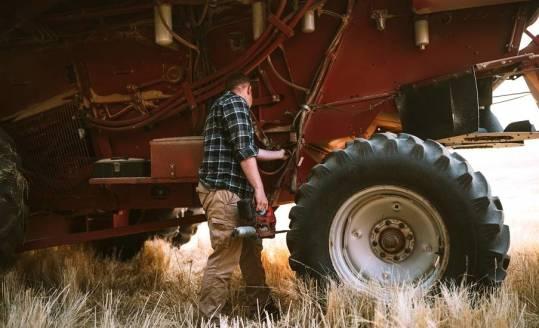 Smarowanie maszyn rolniczych. Jak robić to dobrze?