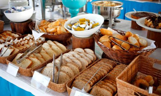 Dlaczego warto wykupować pobyt w hotelu z wyżywieniem?
