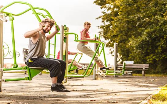 Elementy wyposażenia siłowni na świeżym powietrzu