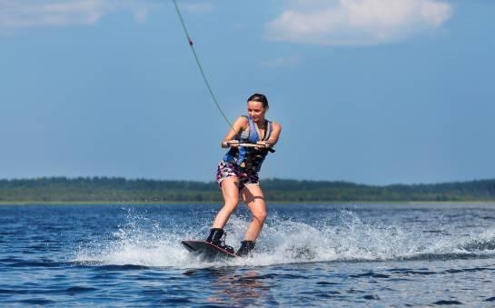 Jak wybrać dobrą kamizelkę do wakeboardingu?