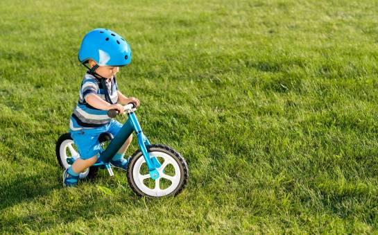 Jak wybrać rowerek biegowy dla małego dziecka? Porady i wskazówki