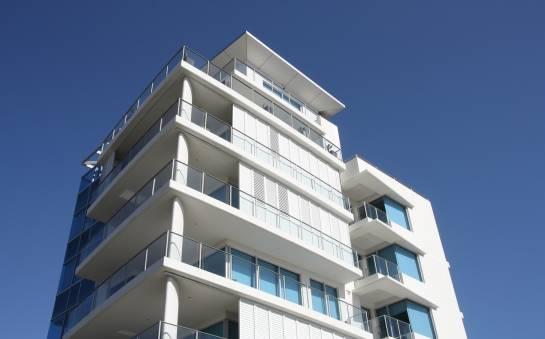 Zabudowy balkonów szkłem lub roletą