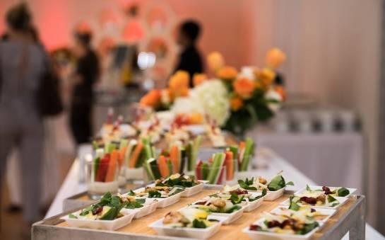 Catering na przyjęcie rodzinne – czy się opłaca?