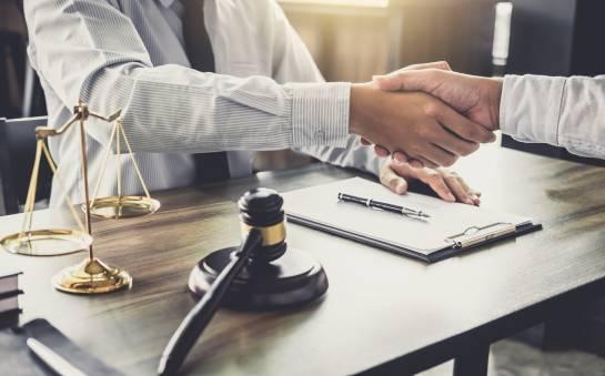 Kiedy warto skorzystać z usług radcy prawnego?