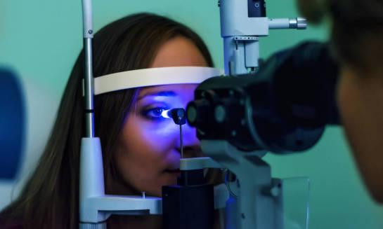 W jaki sposób wykonuje się badanie ciśnienia w oku?