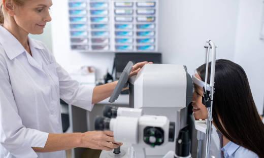 Do wykonywania jakich badań w okulistyce wykorzystuje się mikroskopy spekularne i konfokalne?