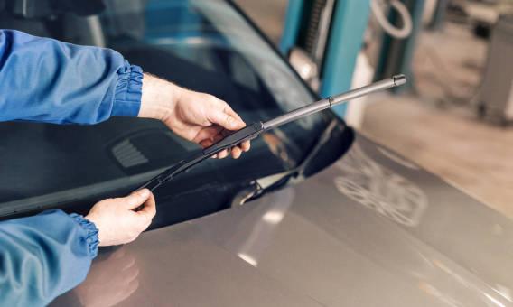 Zużyte wycieraczki samochodowe a bezpieczeństwo jazdy