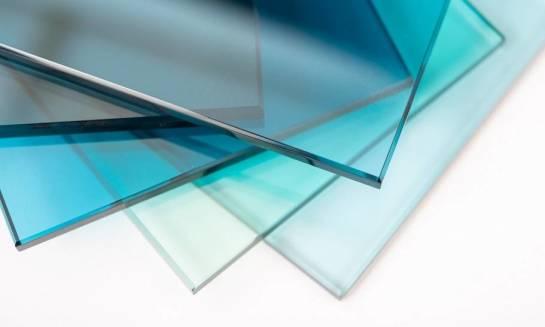 Czy szkło hartowane można przykleić na płytki?