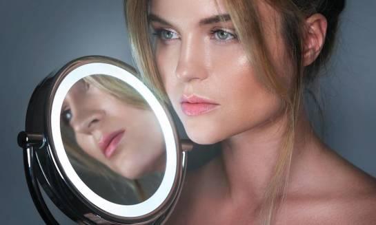 Jakie oświetlenie jest stosowane w lustrach do makijażu?