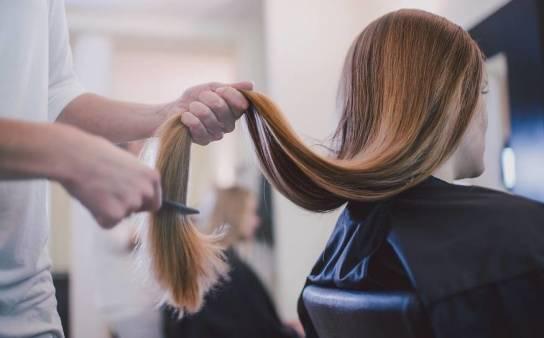 Jak modelować włosy przy pomocy pasty do włosów?